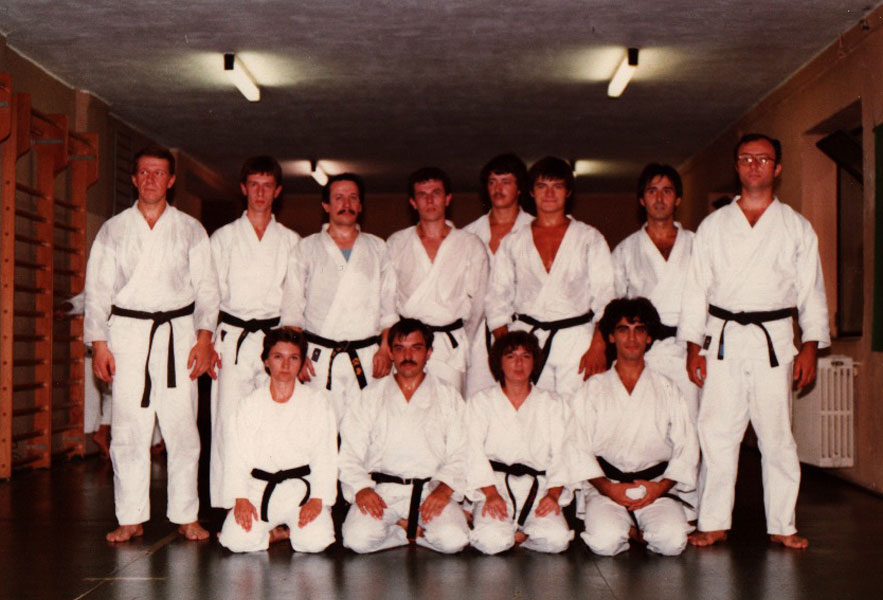 foto-di-gruppo-alcune-cinture-nere-nella-allora-mitica-palestra-del-csks-verona
