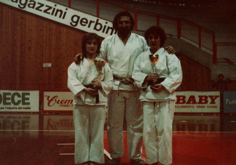 trieste-1983-campionato-italiano-libertas-maestro-beppe-panada-premia-primo-e-secondo-posto-polato-tiziana-e-bonfante-oretta-entrambe-della-palestra-del-gsks-cerea